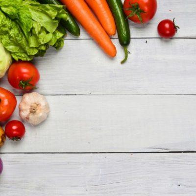 mesa-con-algunas-verduras_1112-333